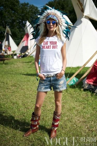 女星超短热裤街拍美腿比拼 - VOGUE时尚网 - VOGUE时尚网