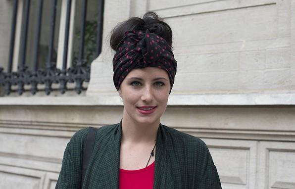 夏日街拍巧用发饰提升时尚感 - VOGUE时尚网 - VOGUE时尚网
