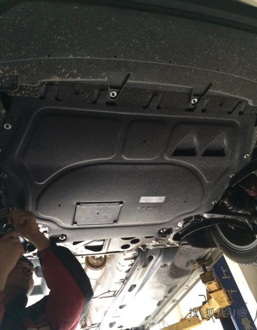 一直以来我都不太明白发动机护板能有多大用处,自己亲生经历了几次我才觉得还是有些用处的,有的时候没地停车我只好上马路牙子,个人技术不佳拖了几次底。原车带的发动机护板都磨坏了,所以这次想从新装一个好点的发动机护板。 正好亲戚认识一家修理厂,平时维修保养也都去那。老板推荐的金科发动机护板,看着质量很不错,软塑料很厚。管安装全下来300大洋,先上几张安装的图。
