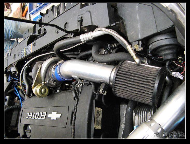 黑色的圆柱形吸气实在和科鲁兹的发动机舱十分相配
