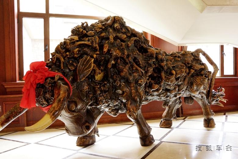 的东北柞木根雕牛