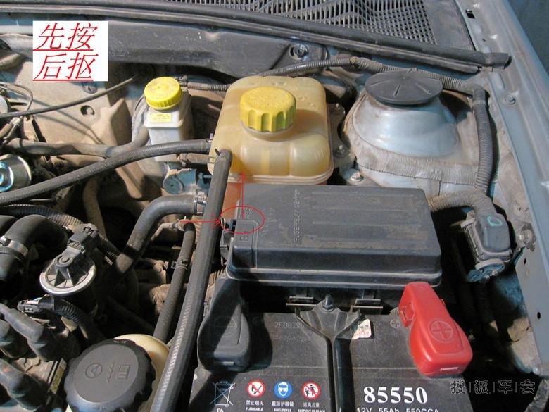 2,从发动机保险丝盒中拆卸燃油泵保险丝.