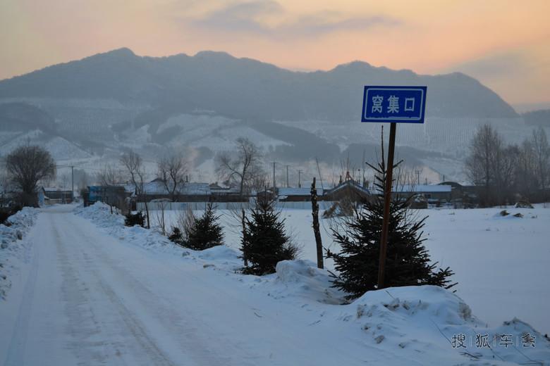 木制雪爬犁拉柴火,是山区的一种行之有效的山地运输
