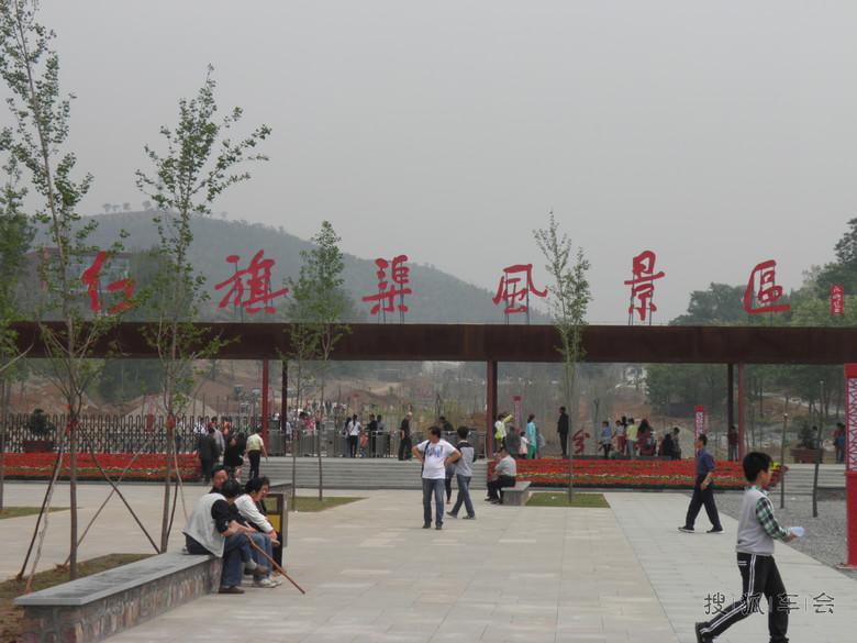 纪念馆馆内陈列有当时建造红旗渠时所用的物品和模拟当时建造时的遐想