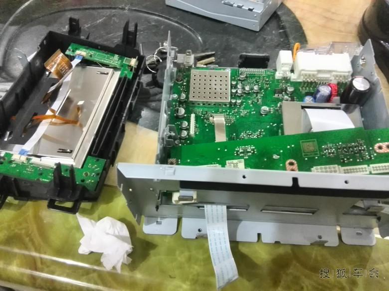 大屏原设计,功放是用ST的TDA7385,这个可以用时下比较热门的TDA7850代替它,脚位一致,指标上TDA7850失真比TDA7385要低很多,替换时,要注意将板上喇叭输出端并接到地的小电容拆掉,以免造成7850自激,另外需要注意的是TDA7850的假货较多,购买时要注意了,网上也有用万用表量输入电阻辨真假的方法,这里就不再罗嗦,除了更换功放芯片,对输入信号的耦合电容也进行了更换,特别是电源部分的滤波电容,这可直接影响的整体的声音走向,所以,这里我准备了两种电容搭配方案:1、主滤波松下FM2200U