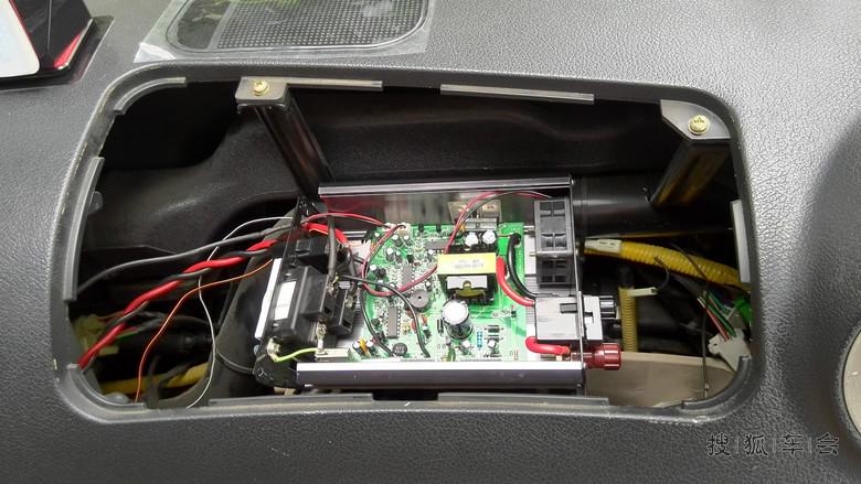 这个是已经放到气囊位置了,可以到引出了三对线出来最粗的是输出电线,还有两对细的是开关和指示灯。 下面开始上车安装了: 本来想要把逆变器塞到点烟器下面的,但感觉空间不够,加上比较密闭,后期的散热也是个问题,就想到副驾那个气囊位置还空着,打开一看完全合适,就开始引线了,另外原来的电子钟也直接从A柱那边穿线下来,原来直接插点烟口,因为带电压显示,所以要一起插在那里,太浪费了,直接接点烟器就省事多了。把逆变器的开关、指示灯延长线从内部穿下来接到点烟盒上,再把点烟盒的电线穿上来拧到逆变器里。