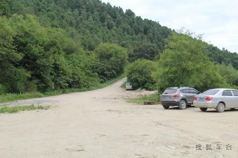 木:   非常原生态的停车场,连道路都没有硬化:   到达第一个景点,