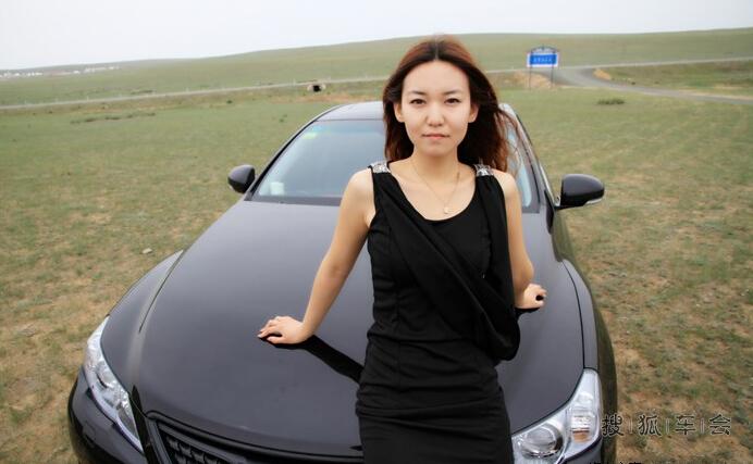 【美女车故事】草原上的两匹黑骏马