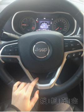 男人开车生活照