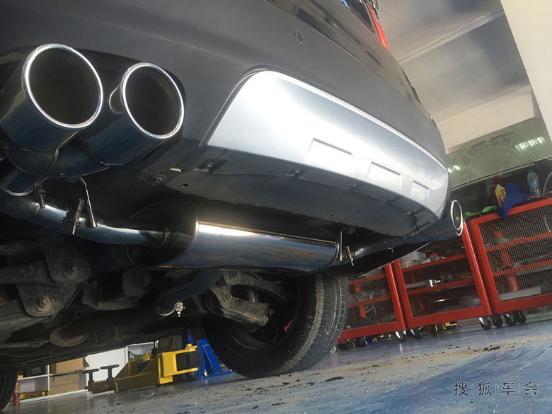 排气尾嘴的侧边   改装后的四出排气管和尾翼效果.   排高清图片