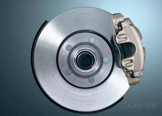 虽说现在的小型汽车都配盘式刹车,但并不代表鼓刹就是淘汰产品,两者可以说各有优势,只不过更适合不同种类的车型而已。究竟鼓刹、盘刹有何优劣?接下来海淘君就来普及一下这些刹车知识。 1鼓式刹车 鼓式刹车可以算是最早应用在车辆上的刹车系统。所谓鼓就是制动鼓,它安装在车轮上并随车轮一起转动。制动鼓里安装有刹车片,在刹车时,刹车活塞会向外推动刹车片与制动鼓产生摩擦,达到制动的效果。 鼓式刹车结构简单,制造成本较低,优点在于刹车力强,所以如货车这类自重较大的车辆一般都采用鼓刹。但最大缺点是散热差,由于制动工作机构是封