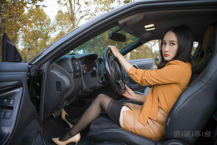 辣妈媳妇当车模 GTR R35图片